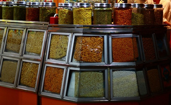 varieties of Indore namkeen, Indore street food guide, what to eat in Madhya Pradesh