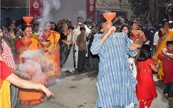 Durga puja in USA, Durga puja in India, cheap flights to India, dhunuchui naach