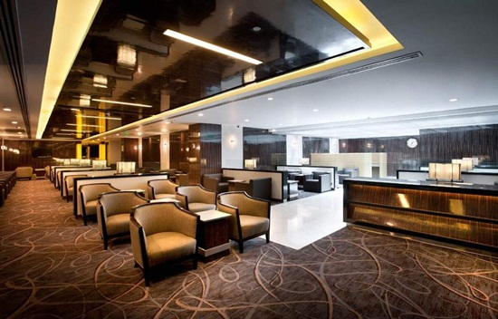 How is Singapore Airlines' lounge service on ground?