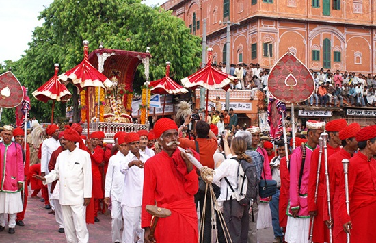 teej festival procession in city palace, cheap flight tickets to jaipur, online booking of cheap flights, Indian eagle travel blog, festivals of Rajasthan