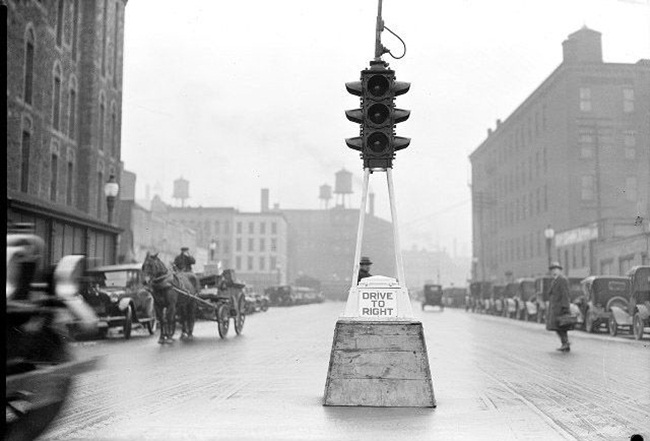 Interesting Facts of World's First Electric Traffic Signal