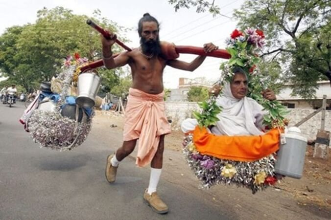 This Shravan Kumar of India has been on Pilgrimage for 20 Years with His Mother on Shoulders