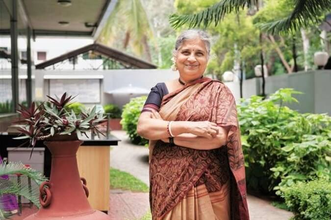 Sudha Murthy stories, Sudha Murthy heathrow airport